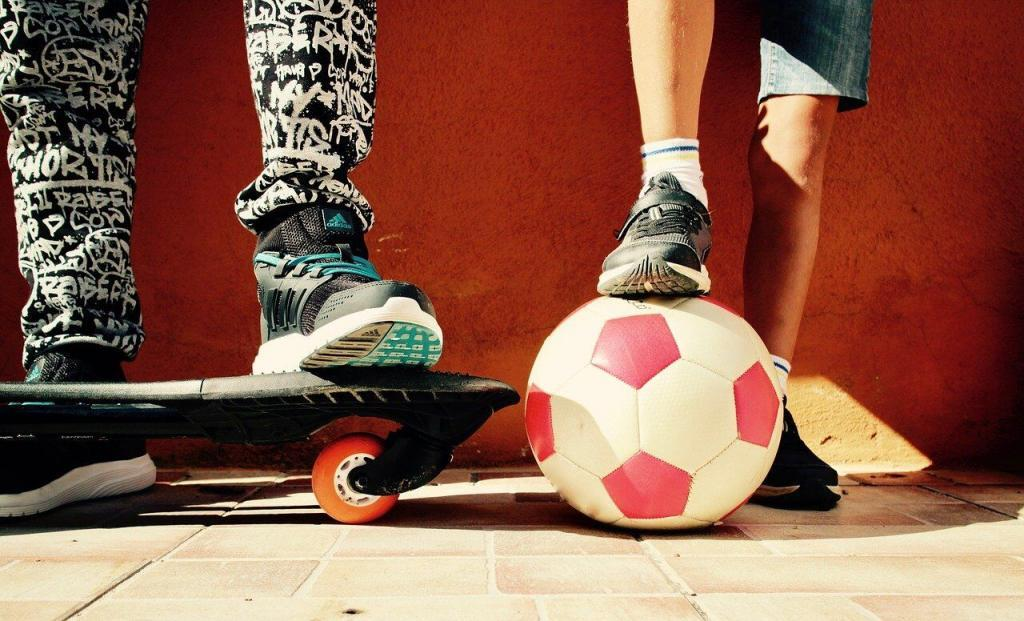 мяч и скейтборд