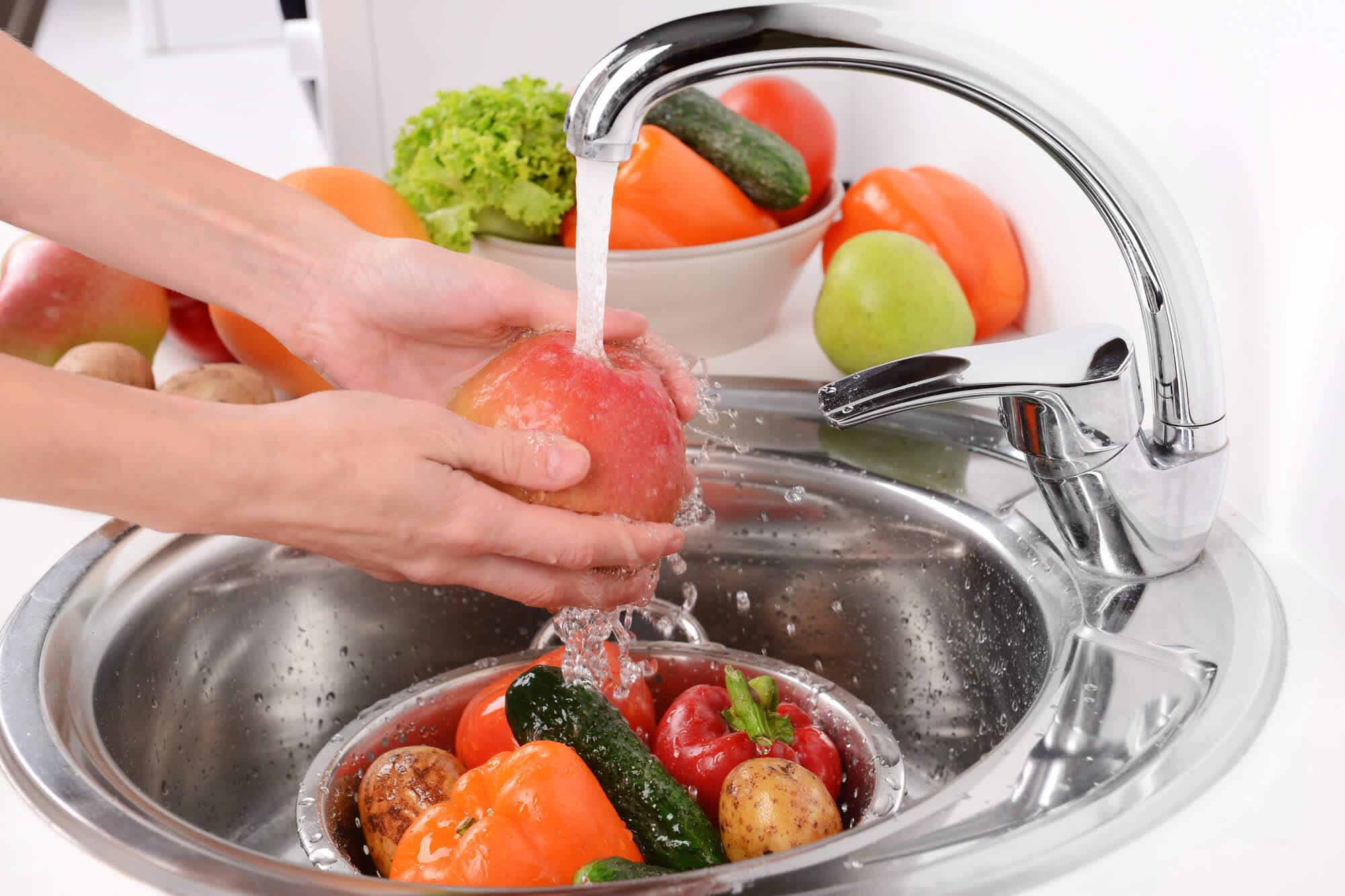 мытьё овощей и фруктов водой из-под крана