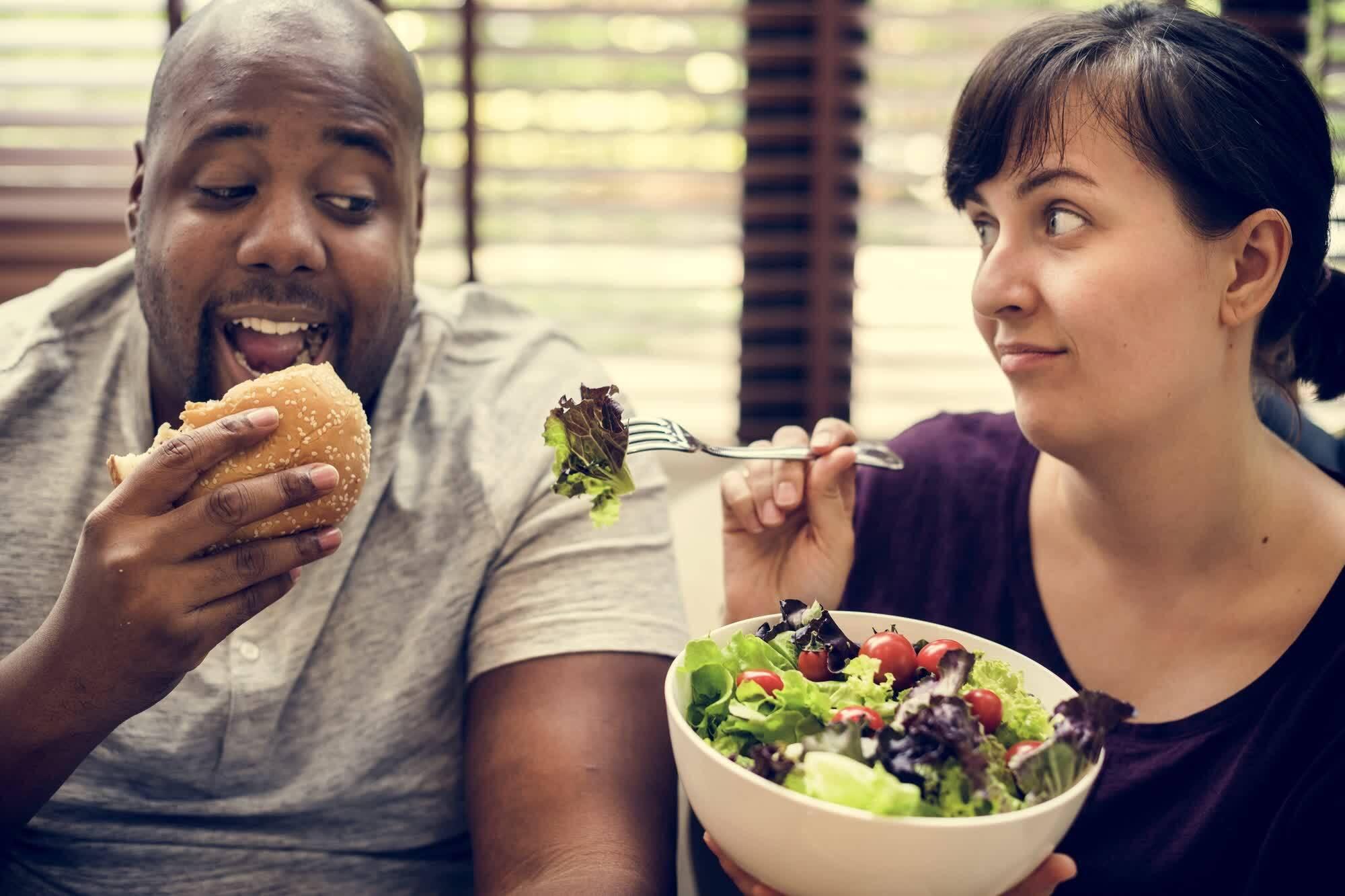 мужчина ест полуфабрикат а женщина правильное питание