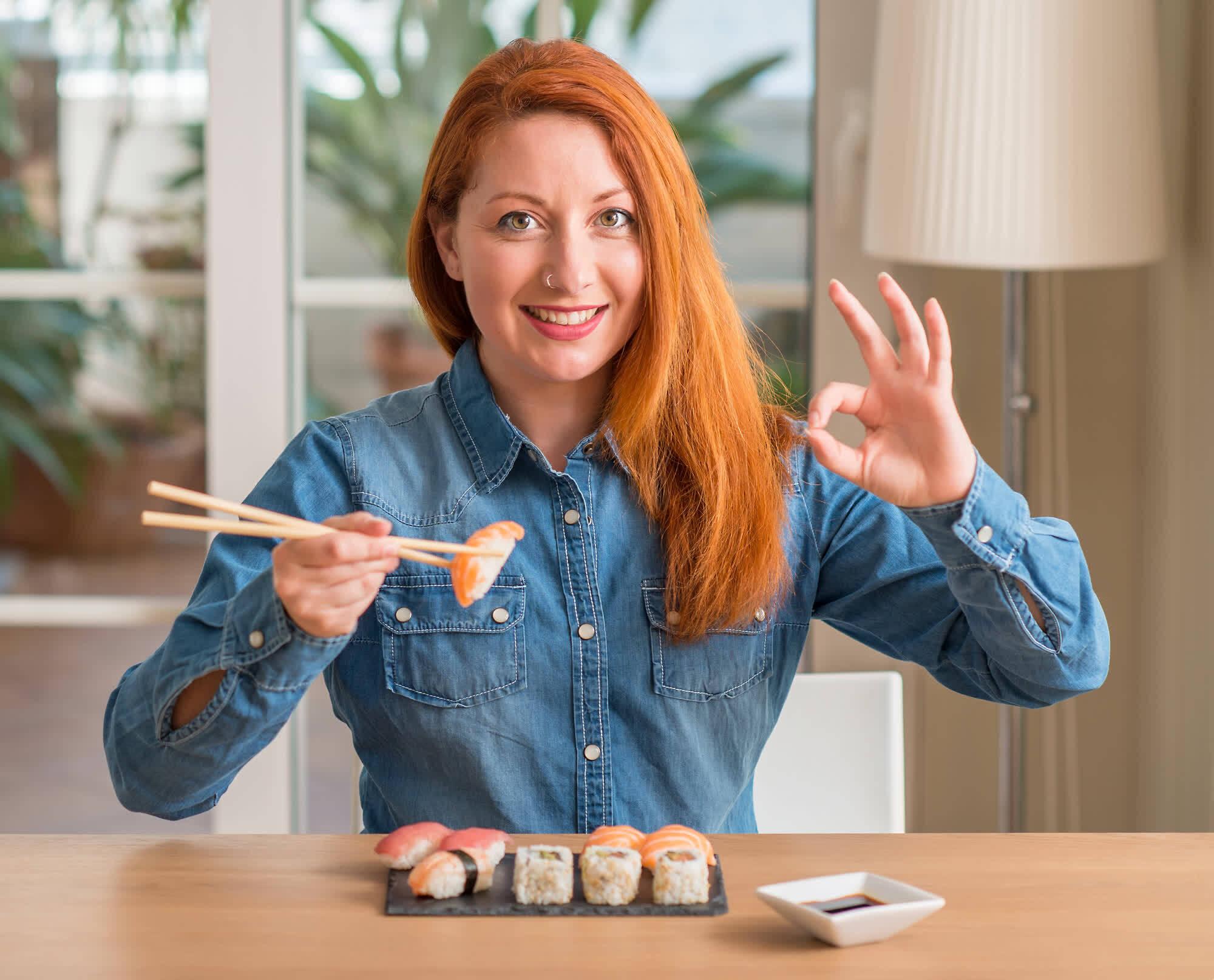 девушка ест правильное суши