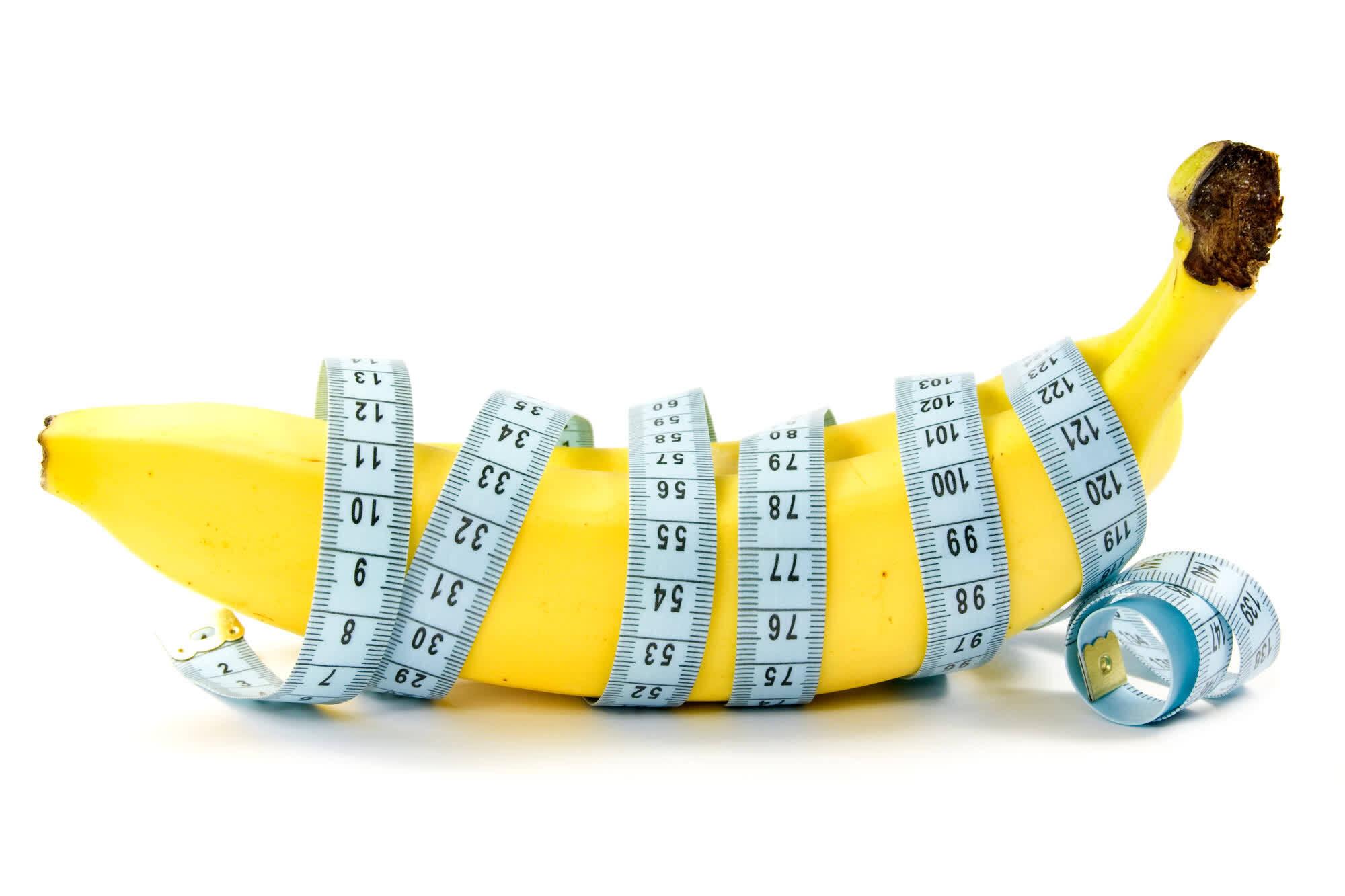 банан обернутый измерительной лентой