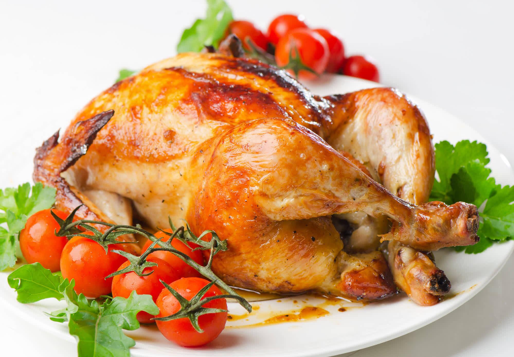 жареная курица с помидорами и зеленью
